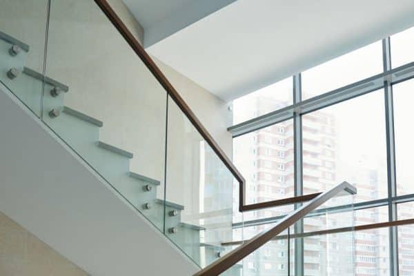 Pourquoi est-il important d'équiper un escalier ou un balcon de garde-corps?